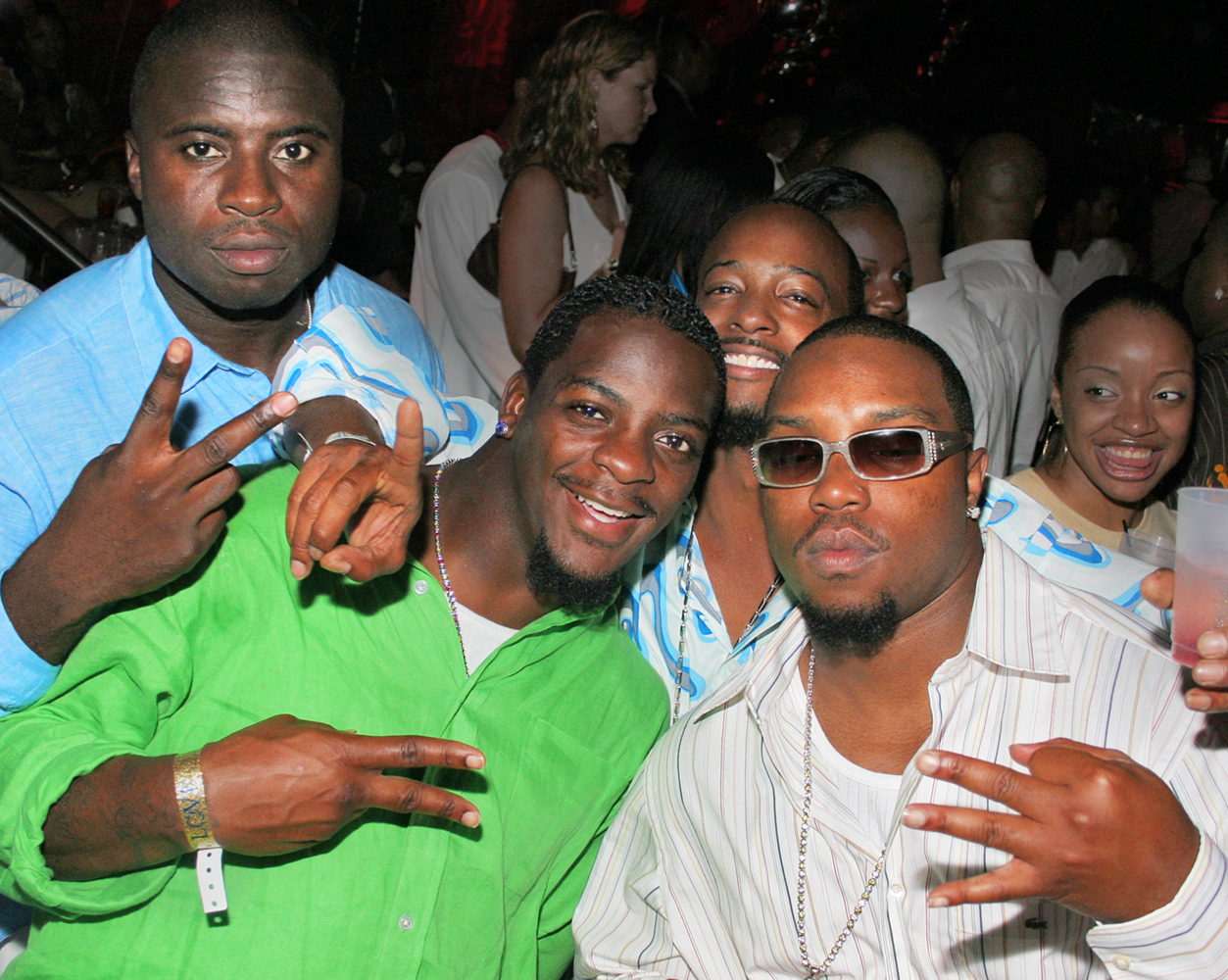 IMG_8555 clinton portis with friends on his birthday throwing signs 1000x