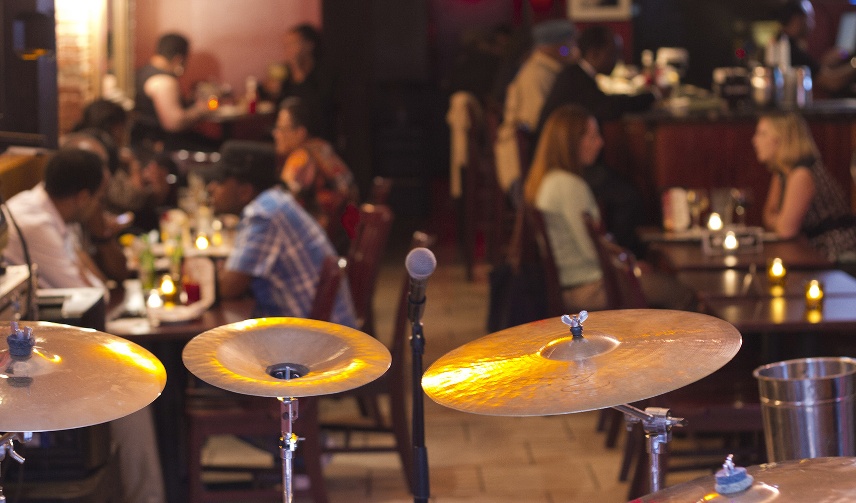 bar croud lounge drums restaurant photography 1000x